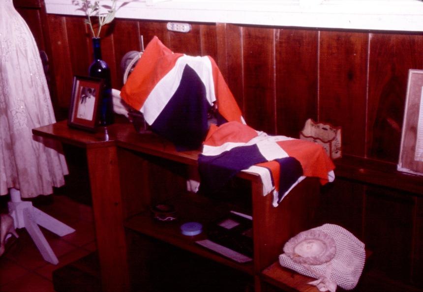 Vestido que confeccionaba Minerva para una amiga. Museo Hermanas Mirabal, Conuco, Salcedo, R.D.