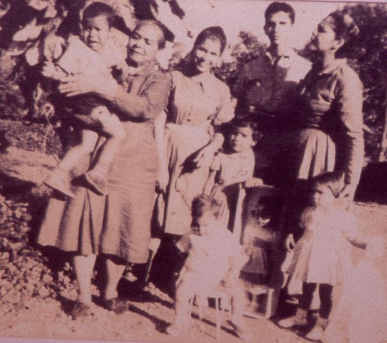 Doña Chea junto a su hija Bégica Adela (Dedé) y sus nietos. Izq a derecha: Nelson, Noris y Manolito -en brazos-. Izq a derecha delante: Jacqueline, Minou y Raúl.