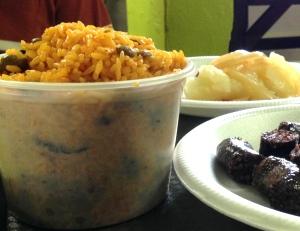 La comida en Puerto Rico es sabrosísima, hasta de manera informal en la carretera. Ruta del Lechón
