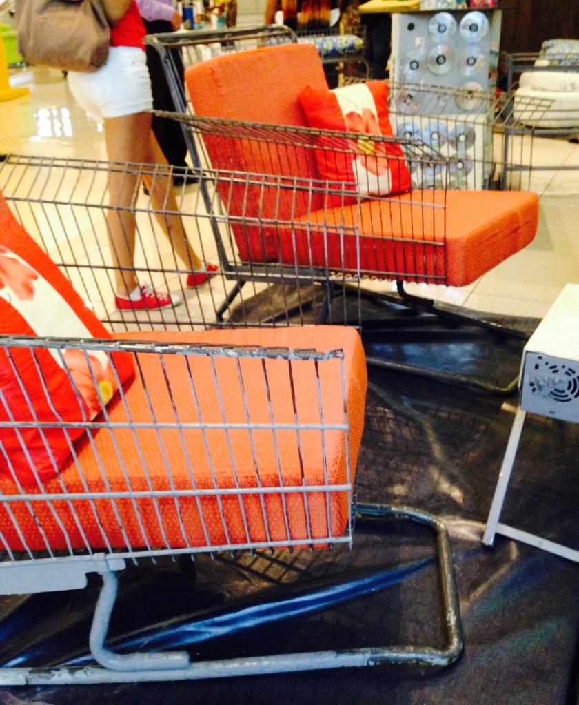 Carrito de supermercado transformado en muebles de sala