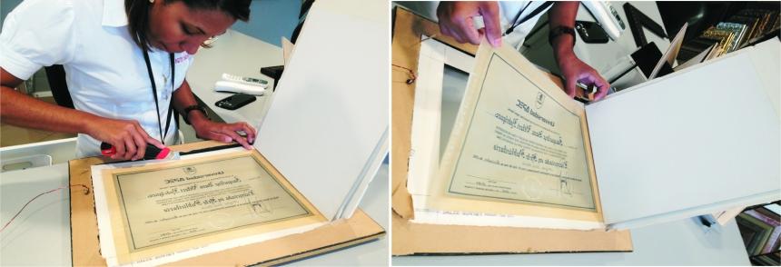 """Sacando el diploma """"viejo"""" de donde estuvo exhibido por 25 años."""