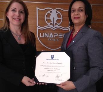 Entrega de mi nuevo diploma de manos de la Directora de Registro de UNAPEC, 2014.