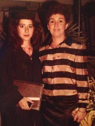 Con mami en la graduación de Técnico en Publicidad y Diseñador Gráfico. UNAPEC, 1985