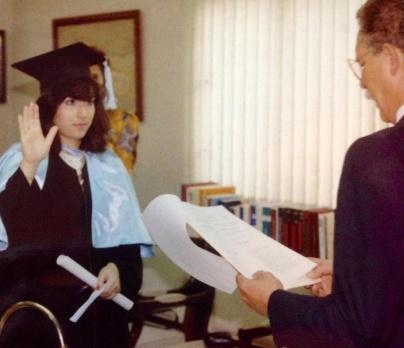 Siendo juramentada por el Dr. Leonel Rodríguez Rib, rector de UNAPEC. Graduación extraordinaria Lic. en Publicidad. 1989