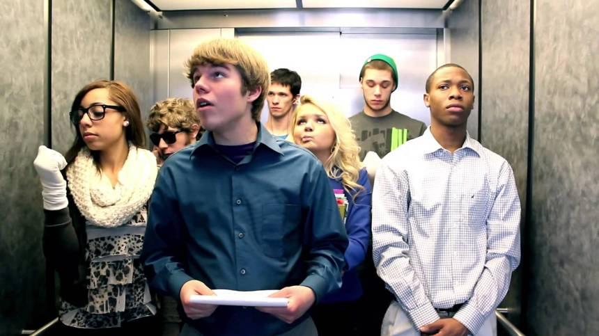 Jóvenes en elevador