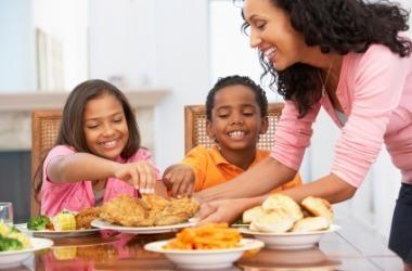 madre enseñado a comer a sus niños