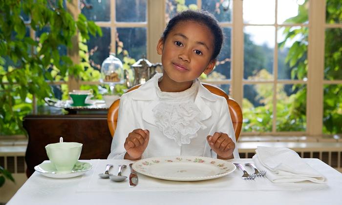 niña en mesa