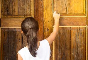 niña toca puerta