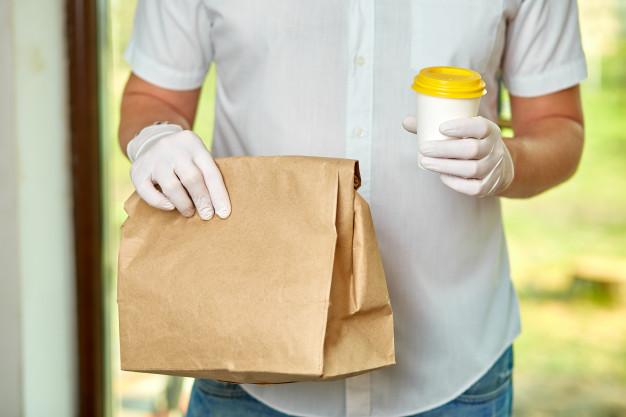 Courier con guantes